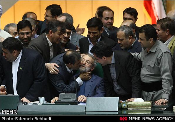 بوسه بر صورت لاریجانی در مجلس پس از استیضاح تاریخی