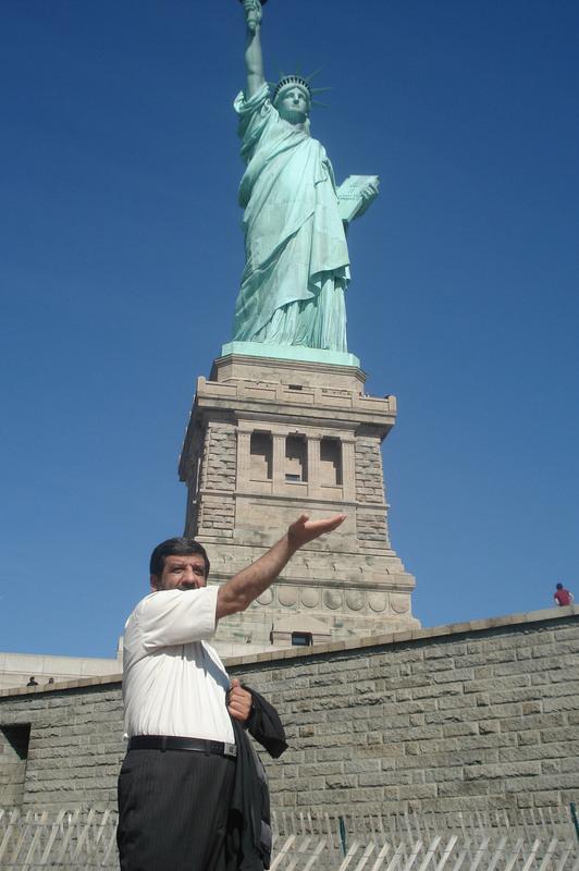 عکس یادگاری ضرغامی و بقایی با مجسمه ازادی امریکا!!!!