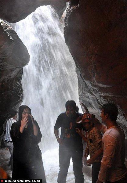 آبشاری زیبا که بین کوهها پنهان شده + عکس
