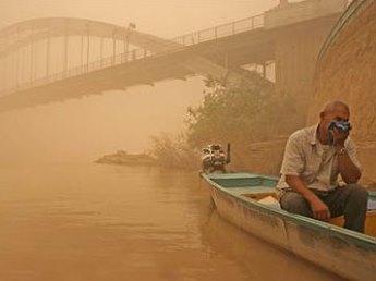 ریزگردها در خوزستان؛ تعطیلی فرودگاه و قطع آب و برق