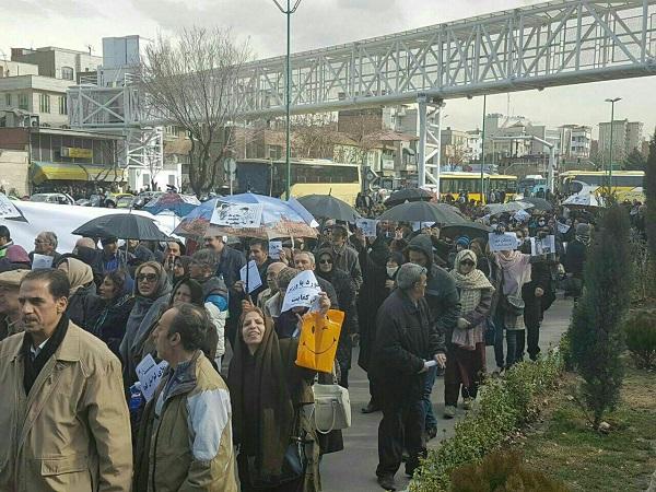 تجمع مردم خواستار استیضاح آخوندی مقابل مجلس