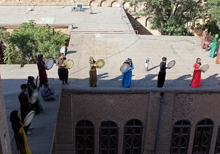 نوای یکهزار دف زن سنندجی در پایتخت دف جهان