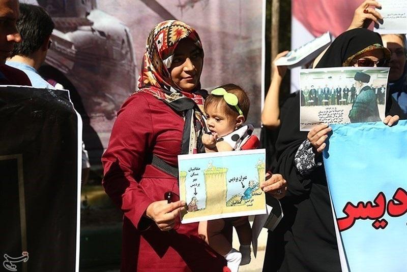 تجمع اعتراضی متقاضیان مسکن مهر مقابل ساختمان وزارت راه