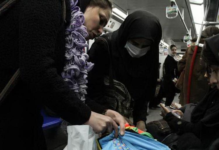 چرا زنان دستفروش در مترو ماسک میزنند؟