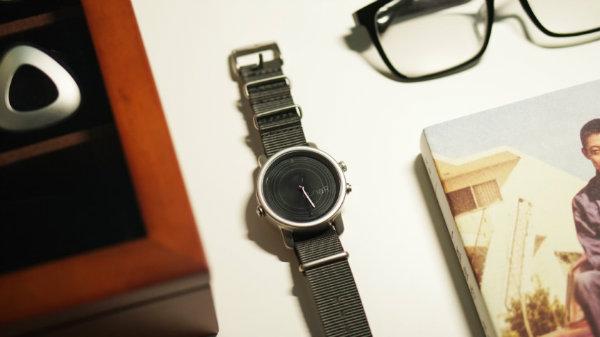 ساعت هوشمند خورشیدی LunaR