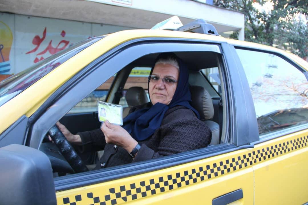 شرافت کارم را بر درآمد ترجیح می دهم/ نوع نگاه به بانوان راننده تاکسی باید تغییر کند