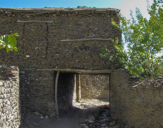 روستای چشمه قلقل یا ورکانه از جهت استفاده از مصالح بومی بخصوص سنگ، مکان منحصر به فردی شده که همین مصالح سنگی هم معرف چهره اصلی و کلی این منطقه هست. سنگ نه تنها در پی خانه ها، بلکه در قسمت بیشتری از بنا و دیوارهای اصلی حیاط ها مورد استفاده قرار گرفته که اکثرا هم سنگ لاشه هست و با ملات گل به کار گرفته شده. قدکمت این روستا به بیش از 400 سال میرسه که مکان اون هم در کوهپایه های زاگرس مرکزی قرار گرفته و به دلیل کوهستانی بودن و طبیعت زیبای نحصر به فردی که داره از مناطق بکر به شمار میره. قسمت مرکزی و تقریبا هسته اصلی روستای ورکانه در اطراف قنات شکل گرفته که قدمت نسبتا طولانی داره و به دوران صفوی هم برمیگرده.