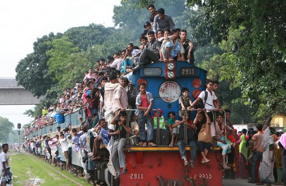 در هندوستان 8 نوع قطار و انتخاب نوع قطار بستگی به مقصد و مسافتی داره که می روید، قطارها از خیلی گران به ارزان دسته بندی میشن که هرکدام با هزینه ای که پرداخت میکنین ارائه خدمات میدهن، پس بهتراست که خوب دقت کنین چون بعد از خرید بلیط به هیچ وجه پس گرفته نمیشود.