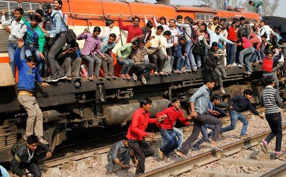 مردم هند مردمانی خون گرم و خیلی تمایل به صحبت کردن دارن و یکی از بهترین راه برای گذروندن زمان صحبت کردن با مردمِ محلی است که بعد از سفر متوجه خواهید شد، بهترین خاطراتتان از سفر با قطار و صحبت با مردم محلی به یادگار مونده.