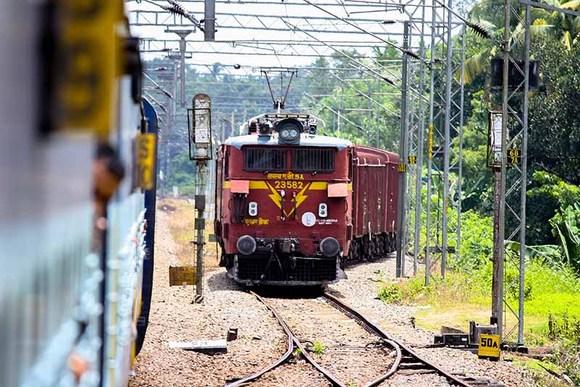 قطارهای هند به ریلکس بودن معروفن و تاخیر از یک دقیقه تا چندساعت خیلی عادیه، پس بهترین راه حل برای گذروندن وقت در حالت انتظار صحبت با مردمان خونگرمه محلی و آشنا با اداب و رسوم آنهاست.