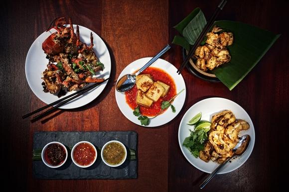 سنگاپور را میتوان مجموعهاي خاص از غذاهاي آسیایی به شمار آورد. ادویههای تند و متفاوت، مشام هر رهگذری را پر میکنند. یکی از جاذبههای سنگاپور رستورانها و کافه های متنوع فعال در اين كشور لوكس است. شما میتوانید در یک رستوران 5 ستاره سوپ کاری ماهی سفارش دهید و از منويي كامل و منحصر به فرد بهره مند شويد. يا سري به غذاخوري هاي محلي شهر بزنيد و از طعم خاص خوراكي هاي اين شهر لذت ببريد.