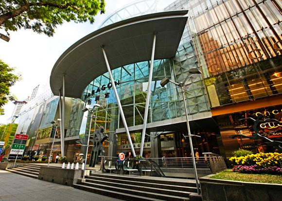 قطعا یکی از لذتبخش ترین فعاليتها در تور مسافرتي سنگاپور بازديد از بازارهای موجود در اين کشور كوچك است. به بوتیکهای عتیقه فروشی سري بزنيد. در خیابان arab پارچه های ابریشمی و انواع پارچه های نفیس را برای لباس های دست دوز خود فراهم کنید. سوغاتی و کادوهایی متفاوت از bugis street market برای دوستان خود بخرید. مركز خريد شناور Louis vitton island maison از ديگر مناطقي است كه لازم است حتما سري به آن بزنيد و رنگ و بويي خاص به تور يك روزه ي خود در سنگاپور بدهيد.