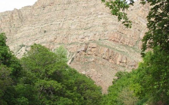 بر بالای کوه های اطراف این روستا، اثراتی از برجهای سنگی قدیمی قرار دارد. مصالح استفاده شده در این برج ها، سنگ و ساروج است.در غرب روستای اسفیدان، دیوار صخره ای به نام آنتاش قلعه (قلعه سنگی) وجود دارد. دیواره های سنگی و سفال های ساده نخودی و قرمز و سفال های منقش در رنگ های متفاوتی بر روی این قلعه قرار دارد.به دلیل اینکه این روستا در دره عمیقی قرار دارد و کوه های سنگی بلندی آن را در برگرفته است، افراد در اولین نگاه، فکر می کنند این صخره ها و تخته سنگ ها بزرگ، با کوچک ترین لرزشی بر روی روستا می ریزند و خانه ها زیر آوار قرار می گیرند. مردم محلی این روستا باور دارند که وجود امام زاده باعث شده تا در این همه سال این صخره ها به پایین نریزند و این روستا آسیبی نبینند. در سال های گذشته اطراف امام زاده اطاق هایی برای زائران وجود داشت که امروزه دیگر این اطاق ها وجود ندارند