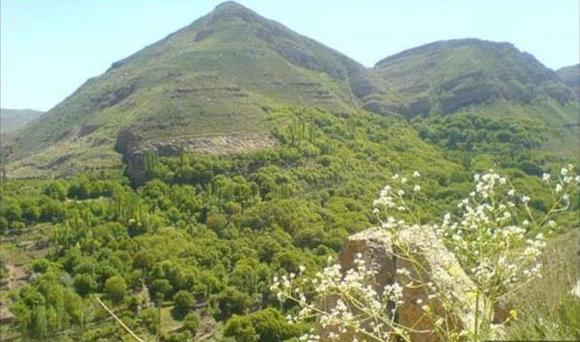 دره ای عمیق و طولانی به نام هینورد (هین نبرد) در شمال غربی روستا با فاصله کمی از آن، قرار دارد، در کمرکش این دره، چشمه زلالی به همین نام وجود دارد که اهالی روستا برای آب دادن باغ های خود از آب این چشمه استفاده می کنند.دره ی دیگری به نام بهارگاه در جنوب غربی روستا وجود دارد که چشمه ها و آبشارهای دیدنی بسیاری در این دره قرار دارد. در ابتدای این دره، زمینی به مساحت 40 هکتار و تپه ماهوری به اسم