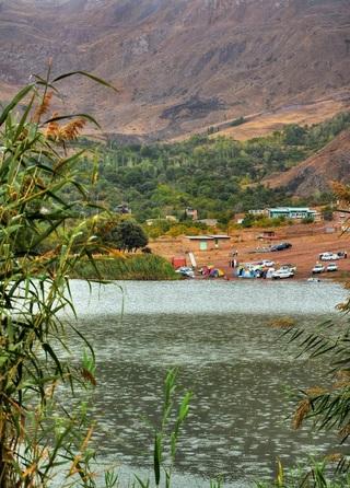 دریاچه اوان همان طور که گفته شد، در منطقه الموت استان تاریخی قزوین قرار گرفته است. این دریاچه در هر فصلی امکانات تفریحی قابل قبولی برای مخاطبان خود با هر نوع آب و هوایی به ارمغان می آورد. در کنار این بستر محیطی بی همتا، زیست گاه های گیاهی و جانوری متنوعی در گذشته وجود داشته است که با گذشت زمان و شکارهای بی رویه انجام شده از سوی شکارچیان بی رحم در این منطقه، اکنون تعداد کمی از آن زیستگاه ها برجای مانده است